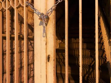 reel street-photo grille prison photo gracia bejjani pensee poeme
