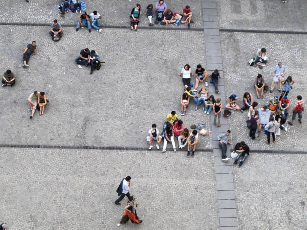 foule humain gens seul solitaire paris Beaubourg