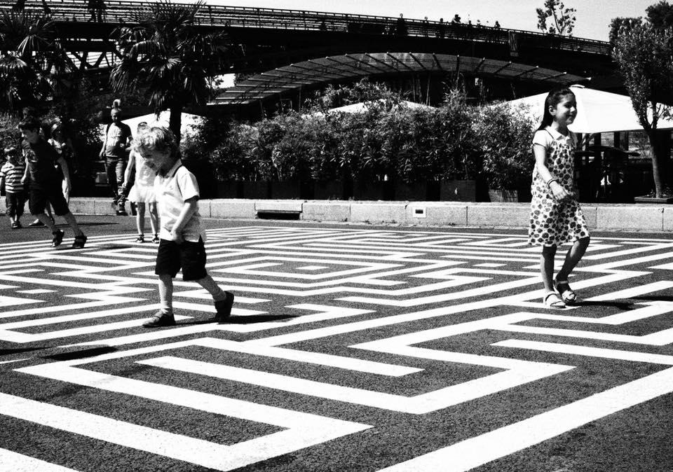 enfance jeu direction paris street-photo