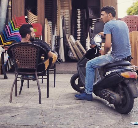 street-photo conversation rue lien